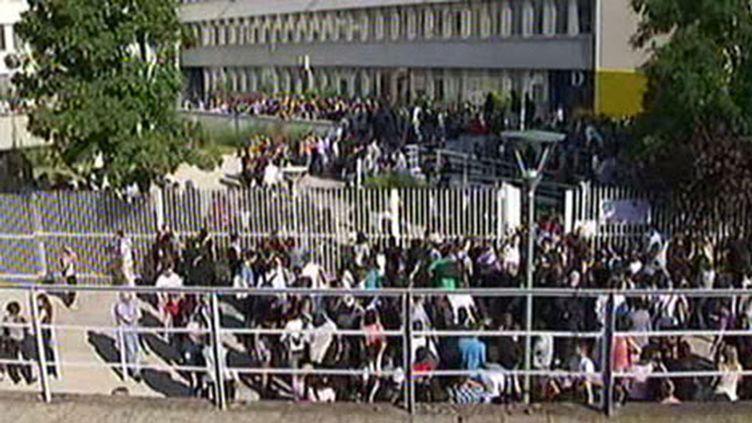 Des étudiants bloquent le centre des examens à Arcueil (Val-de-Marne), le dimanche 26 juin 2011. (France 2)