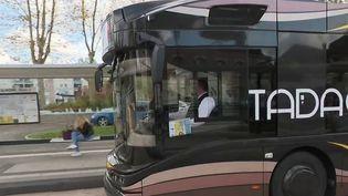 Depuis lundi 4 novembre, des bus écologiques fonctionnant à l'hydrogène circulent à Lille (Nord). Une initiative qui fait entrer nos transports du quotidien dans une nouvelle ère. (France 2)