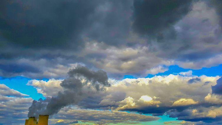 Cattenom, 17 mars 2021. La centrale nucléaire EDF de Cattenom en Moselle, crachant ses volutes de vapeur d'eau et créant un plafond de nuages au-dessus de la campagne environnante. (Illustration) (JULIO PELAEZ / MAXPPP)