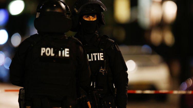 Des policiers en faction le 20 novembre 2015, à Rotterdam. Le niveau d'alerte aux attentats aux Pays-Bas est, depuis mars 2013, un cran en-dessous du niveau maximum. (BAS CZERWINSKI / ANP)