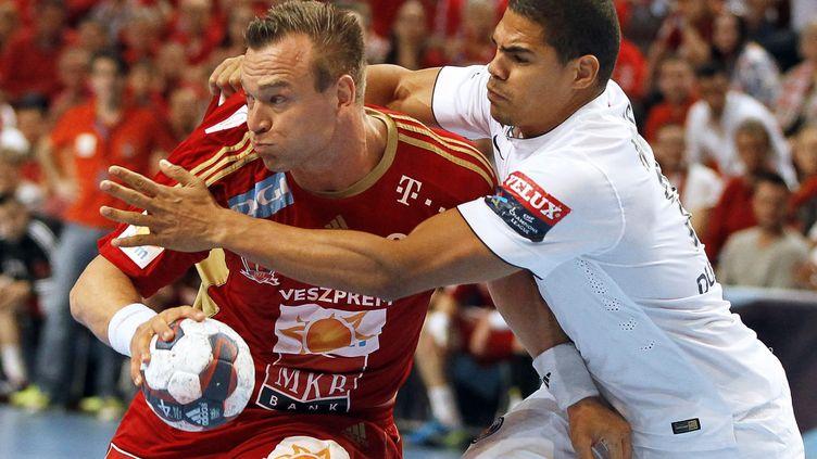 Daniel Narcisse du PSG tente de contenir Christian Zeitz de Veszprem (ANIKO KOVACS / MAXPPP)