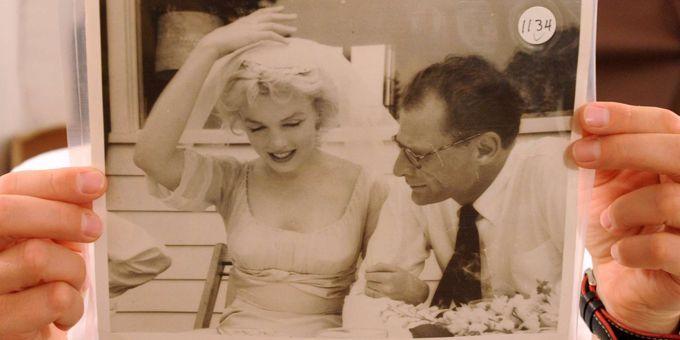 Une photo de Marilyn Monroe et Arthur Miller par Milton Greene, dans les mains de la conservatrice Anna Wolska (20/7/2012)  (Alik Keplicz / AP / SIPA)