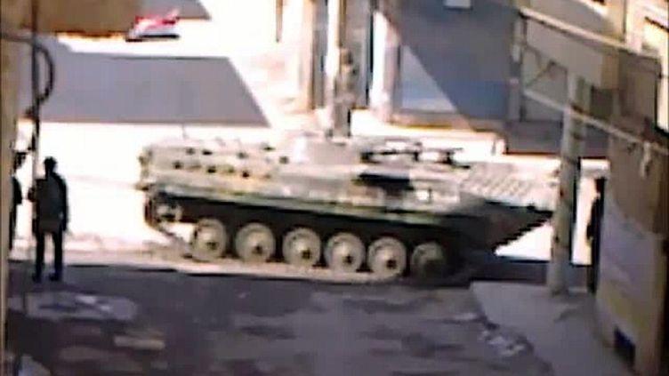 Capture d'écran d'une vidéo chargée sur YouTube le 23 avril 2012 et montrant un char syrien dans la ville de Deir es-Zor (Syrie). (YOUTUBE / AFP)