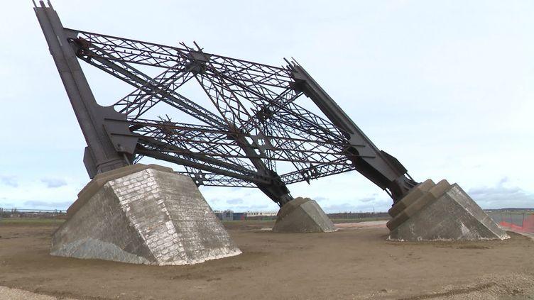 """Les """"faux"""" pieds de la Tour Eiffel construits pour le tournage du long-métrage Eiffel deMartin Bourboulon. (M. Tafnil / France Télévisions)"""