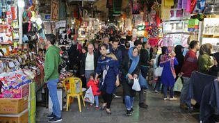 Des Iraniens font leurs achats dans le grand bazar de la capitale, Téhéran, le 3 novembre 2018 (illustration). (ATTA KENARE / AFP)
