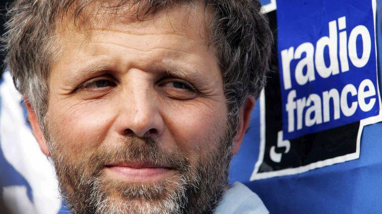 Stéphane Guillon, le 1er juillet 2010, lors d'une manifestation après son licenciement de la radio France Inter. (  MAXPPP)