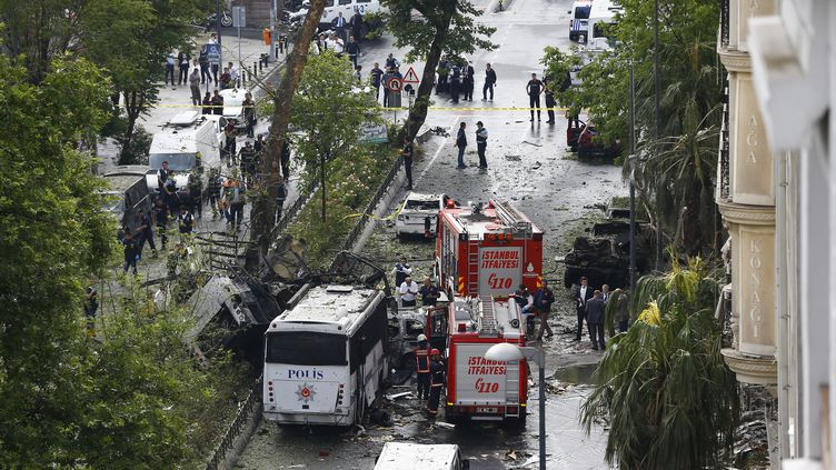 Les secours arrivent sur leslieux de l'attentat contre un bus de police, à Istanbul (Turquie), mardi 7 juin. (OSMAN ORSAL / REUTERS)