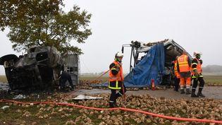 Des pompiers s'activent sur les lieux de l'accident, le 14 novembre 2016 à Bavincourt (Pas-de-Calais). (DENIS CHARLET / AFP)