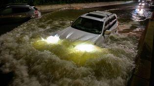 Une voiture prise dans les inondations à New-York, le 2 septembre 2021. (ED JONES / AFP)