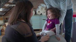 La petite Elisa est atteinte d'amyotrophie spinale, une maladie rare. Grâce au Téléthon, elle est la première enfant en France à pouvoir bénéficier d'un traitement. (France 3)