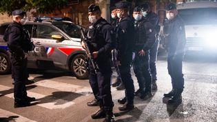 Des policierssécurisent la rue oùun brigadiera été tué à proximité d'un point de trafic de drogue, à Avignon (Vaucluse),le 5 mai 2021. (CLEMENT MAHOUDEAU / AFP)
