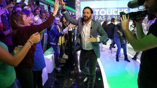 """Cyril Hanouna et ses fans sur le plateau de """"Touche pas à mon poste"""", le 13 octobre 2014. (MAXPPP)"""