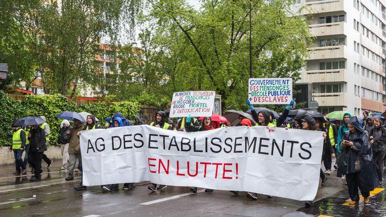 """Des enseignants manifestent aux côtés de """"gilets jaunes"""", le 11 mai 2019 à Paris, contre la réforme de l'Education nationale. (AMAURY CORNU / HANS LUCAS / AFP)"""