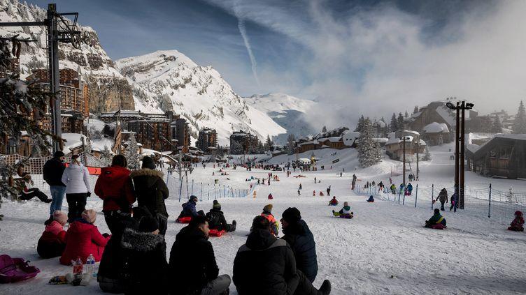Des personnes profitant de la neige à la station de ski d'Avoriaz, dans les Alpes, le 11 février 2021. (JEFF PACHOUD / AFP)