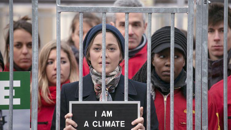 L'actrice Marion Cotillard a participé au rassemblement organisé par Greenpeace sur la place du Palais-Royal à Paris. le 15 novembre 2013 (FRED DUFOUR / AFP)