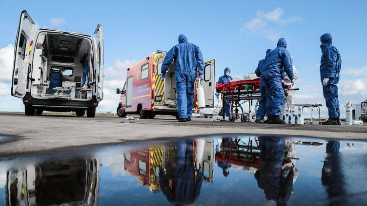 Des patients atteintsdu Covid-19 arrivent à l'aéroport de Morlaix (Finistère) après avoir été transféré depuis Saint-Etienne (Loire), le 10 novembre 2020. (MAXPPP)
