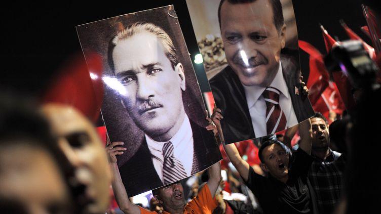 Les partisans du Premier ministre turc Recep Tayyip Erdogan se sont réunis, jeudi 6 juin, pour l'accueillir à son retour de Tunisie. (OZAN KOSE / AFP)