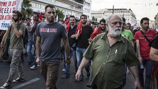 Des manifestants anti-austérité défilent dans les rues d'Athènes, près de la place Syntagma, le 11 juillet 2015. (SANDRO MADDALENA / NURPHOTO / AFP)