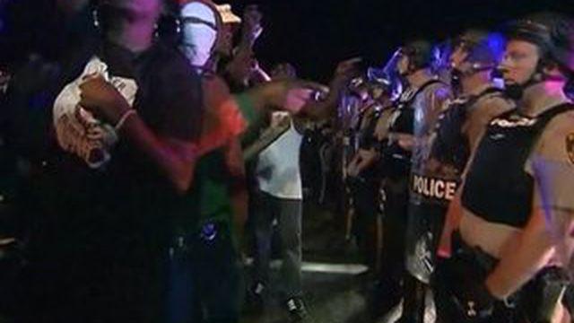 Ferguson : l'hommage à Michael Brown dégénère
