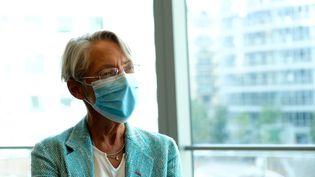 La ministre du Travail, Elisabeth Borne, lors d'une visite dans les locaux de l'entreprise Engie, à Paris, le 26 août 2020. (ELKO HIRSCH / HANS LUCAS / AFP)