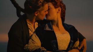 """Une scène de baiser entre les deux personnages principaux de """"Titanic"""" de James Cameron (1997) (TWENTIETH CENTURY FOX)"""
