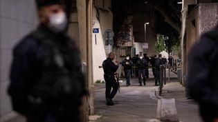 La police sécurise la rue oùun brigadiera été tué à proximité d'un point de trafic de drogue à Avignon (Vaucluse),le 5 mai 2021. (CLEMENT MAHOUDEAU / AFP)