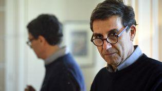 L'essayiste Emmanuel Todd le 7 mai 2015 pose à son domicileà Paris. (ERIC FEFERBERG / AFP)