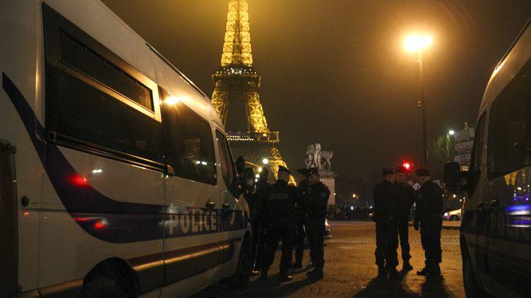 Des policiers devant latour Eiffel, le 1er janvier 2017. (MARTIN BERTRAND / AFP)