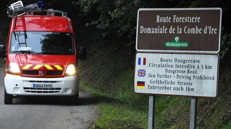 Un camion de pompiers se dirige vers le lieu où s'est produite la tuerie de Chevaline (Haute-Savoie), le 5 septembre 2012. (JEAN-PIERRE CLATOT / AFP)