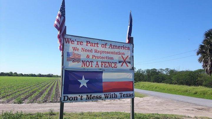 A Brownsville, devant un ranch, cette pancarte indique bien que quel que soit leur bord politique, de nombreux texanss'opposent au projet de mur, comme il se sont opposés à la barrière construite ici en 2008. (MATHILDE LEMAIRE / RADIO FRANCE)