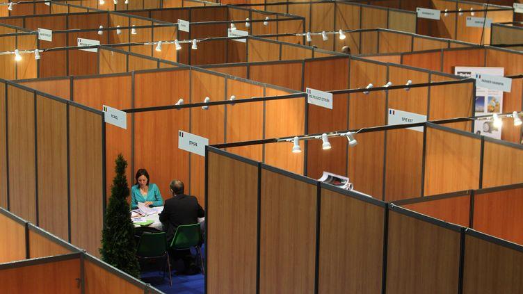 Un entretien lors du salon Economia à Montbélliard en mai 2013 (LIONEL VADAM / MAXPPP)
