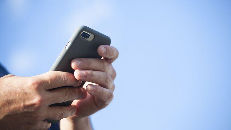 Le smartphone fait partie dessupports préférés des Français pour la lecture d'e-books. (MACIEJ LUCZNIEWSKI / NURPHOTO)