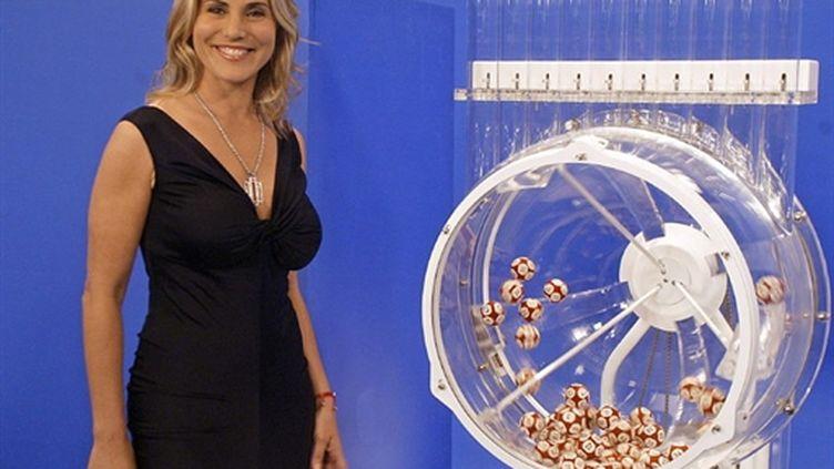 Sophie Favier avant le premier tirage de l'histoire de l'Euromillion (en 2004) (AFP/JEAN-LOUP GAUTREAU)