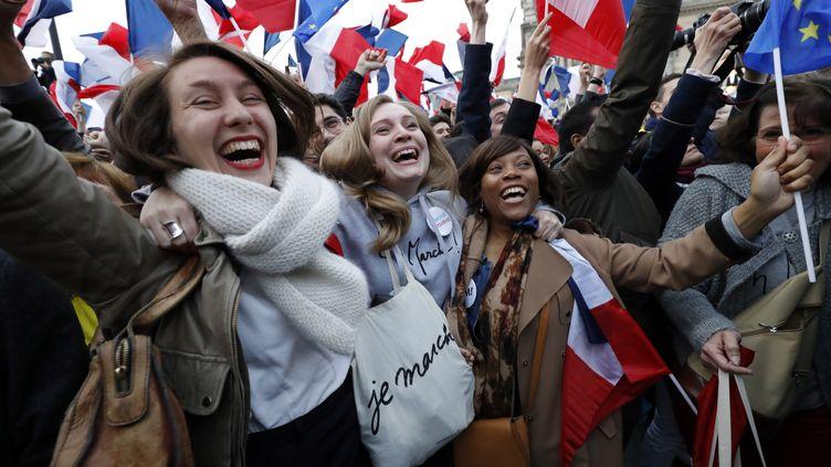 Des partisans d'Emmanuel Macron exultent après l'annonce de la victoire de leur champion, dimanche 7 mai à Paris. (PATRICK KOVARIK / AFP)
