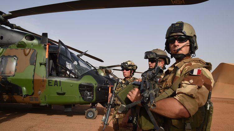 Des soldats français de l'opération Barkhane, le 2 janvier 2015, sur une base française située à l'extérieur de Gao (Mali). (DOMINIQUE FAGET / AFP)