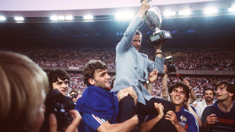Michel Hidalgo, porté par ses joueurs de l'équipe de France lors de leur victoire au Parc des princes de l'Euro de football à Paris, le 27 juin 1984. (AFP)