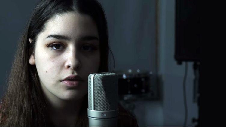 "La jeune Emma Stevens chante ""Blackbird"" (McCartney)dans une vidéo datée du 25avril 2019 (Allison Bernard Memorial High School / Capture image YouTube ok)"