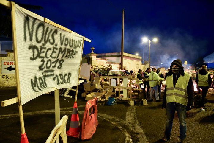 """Des """"gilets jaunes"""" mobilisés au Mans, le 6 décembre 2018. (JEAN-FRANCOIS MONIER / AFP)"""