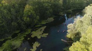 C'est une initiative prévue pour durer. A Strasbourg (Bas-Rhin), des touristes ont pu profiter d'une balade en canoë à tarif réduiten ramassant les déchets de la rivière. Où quand la protection de l'environnement allège le porte-monnaie. (France 2)