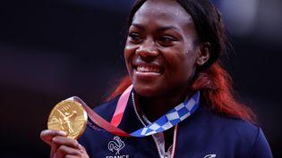 Clarisse Agbegnenou avec sa médaille d'or aux JO de Tokyo en judo moins de 63kg, le 27 juillet 2021. (OLIVER WEIKEN / DPA)
