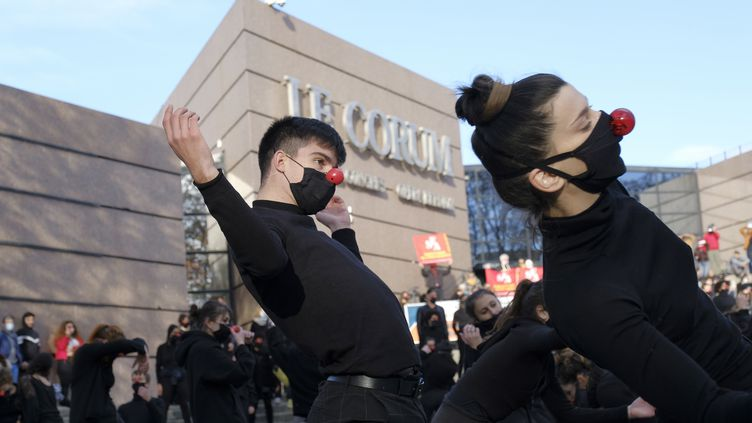 Devant la salle de spectacle le Corum à Montpellier, 200 artistes dansent vêtus de noir et avec un nez rouge à l'appel du collectif Les Essentiels le 12 décembre 2020. (GIACOMO ITALIANO / HANS LUCAS)