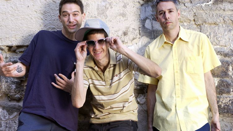 """Les Beastie Boys à Paris en mai 2004. De droite à gauche : Adam """"MCA""""Yauch,Adam """"Ad Rock""""Horovitz et Michael """"Mike D""""Diamond. (BERTRAND GUAY / AFP)"""