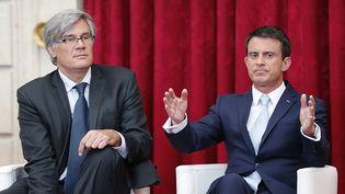 Le ministre de l'Agriculture, Stéphane Le Foll, et le Premier ministre, Manuel Valls, lors d'une conférence de presse organisée à l'Elysée le 22 juillet 2015, à Paris. (JACQUES BRINON / AFP)