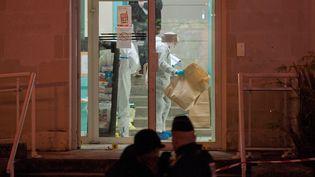 La police scientifique à l'action dans le commissariat de Joué-lès-Tours (Indre-et-Loire), samedi 20 décembre 2014, après l'attaque de policiers par un homme de 20 ans. (GUILLAUME SOUVANT / AFP)
