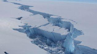 L'iceberg Larsen C se décroche de l'Antarctique, en février 2017. (STRINGER / BRITISH ANTARCTIC SURVEY / AFP)