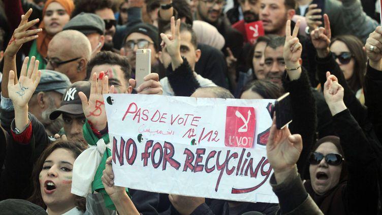 Les Algérienssont appelés à élire leur nouveau président de la République,neuf mois après la démissiond'Abdelaziz Bouteflika, malgré une forte contestation de la population qui manifeste régulièrementcontre ce scrutin, comme ici à Alger le 12 décembre, jour du premier tour de l'élection présidentielle. (ADEL SEHREI/WOSTOK PRESS / MAXPPP)