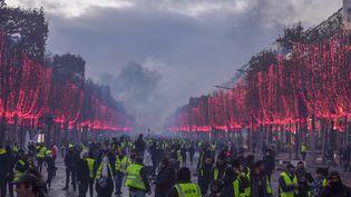 """Manifestation des """"gilets jaunes"""" sur les Champs-Elysées, à Paris, le 24 novembre 2018. (BENEDICTE VAN DER MAAR / HANS LUCAS / AFP)"""