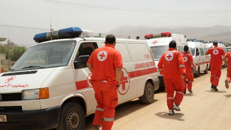 Des volontaires de la Croix-Rouge dans la ville deShtora (Liban), près de la frontière avec la Syrie, le 8 juin 2013. ( AFP PHOTO / FAMILLE RODRIGUEZ)
