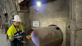 Un employé montre une alvéole dans laquelle doivent être stockés des déchets radioactifs, sur le site du laboratoire souterrain de l'Andra, à Bure (Meuse), le 28 juin 2011. (JEAN-CHRISTOPHE VERHAEGEN / AFP)