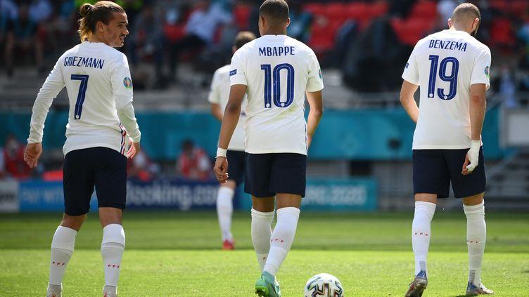 Antoine Griezmann, Kylian Mbappé et Karim Benzema, le trio d'attaque des Bleus, lors du match France-Hongrie à l'Euro 2021, le 19 juin 2021 à Budapest. (FRANCK FIFE / POOL)